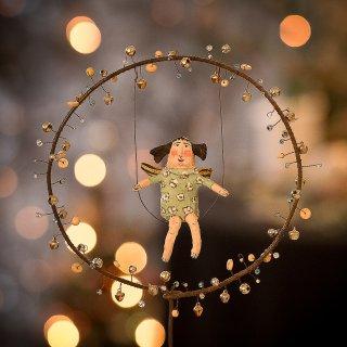 Weihnachtskarte: Einsatzbereiter Engel auf der Schaukel